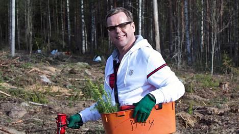 Vain elämää -sarjassa Neumann pääsi muun muassa istuttamaan puita hakkuualueelle.