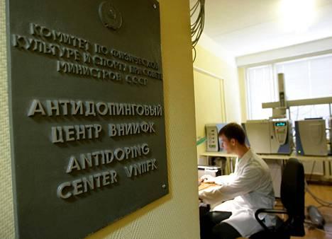 Vuonna 2009 otetussa kuvassa laboratorioteknikko työskentelee Venäjän antidopinglaboratoriossa Moskovassa.