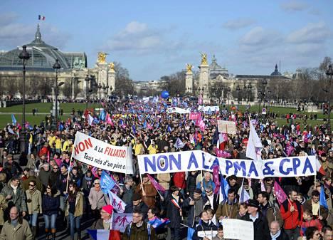 Manif pour Tous -liikkeeseen kuuluvat mielenosoittajat kokoontuivat sunnuntaina Pariisin keskustassa.