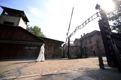 """Paavi Franciscus vieraili perjantaina Auschwitz-Birkenaun keskitysleirillä Puolassa. Hän käveli hiljaa leirin läpi ja tapasi selviytyneitä. Muistokirjaan hän kirjoitti: """"Jumala, anteeksiantosi tälle julmuuden määrälle."""""""