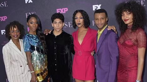 Pose (2018) tv-sarjassa nähdään televisiohistorian suurin joukko transsukupuolisia näyttelijöitä. Kuvassa on sarjan näyttelijöitä Charlayne Woodard (vas.), Angelica Ross, Angel Bismark Curiel, Mj Rodriguez, Dyllón Burnside ja Indya Moore.