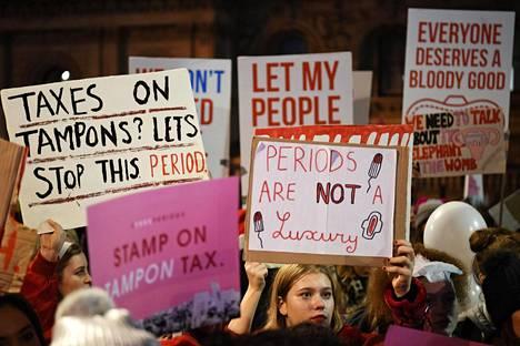 Viime vuosina ympäri maailmaa on järjestetty mielenosoituksia, joissa vaaditaan niin sanotun tamponiveron alentamista ja kuukautisköyhyyden lopettamista. Kuva Lontoon mielenosoituksesta.