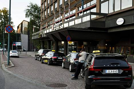 Takseja hotelli Sokos Hotel Presidentin edessä Helsingissä 3. kesäkuuta.