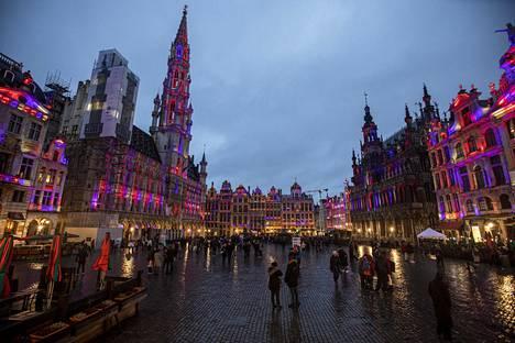 Brysselin kaupunki toivotti hyvästit Britannialle valaisemalla Grand-Place-aukion Britannian lipun värein.