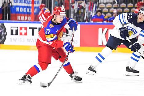 Nikita Gusev kohtasi Suomen viime kevään MM-turnauksen pronssiottelussa. Oikealla Joonas Kemppainen.