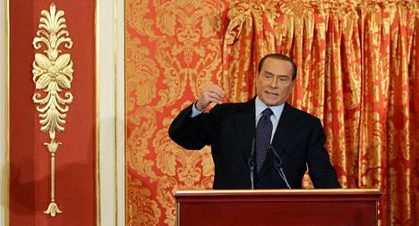 Italian entinen pääministeri Silvio Berlusconi on arvostellut nykyisen virkamieshallituksen toimeenpanemia julkisen talouden säästöjä ja verotuksen kiristämistä.
