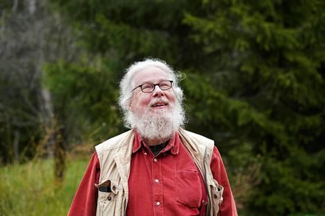 Kirjailija ja suomentaja Kai Nieminen kotinsa pihalla Pernajassa viime keväänä.