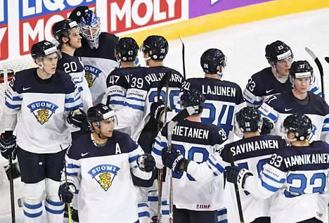 Suomen pelaajat juhlivat MM-kisan avausottelun voittoa.