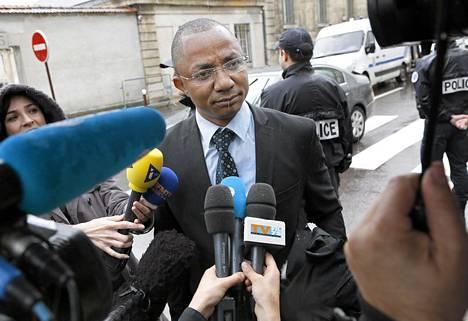 Epäillyn asianajaja Apolin Pepiezep kertoi keskiviikkona Versaillesn syyttäjänviraston edustalla, että epäilty vastustaa siirtoa Belgiaan.