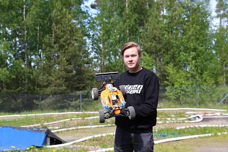 Hyvinkääläinen Jere Saarinen osallistuu Hyvinkään vauhtipuistossa järjestettäviin SM-kilpailuihin 4.8. Taustalla näkyvällä crossradalla parasta on hänen mielestään hyppyrit, joissa auto saattaa hypätä lähes pari metriä ilmaan.