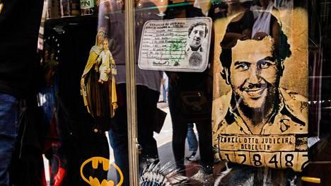 Medellínin keskustan turistikaupan lasivitriinissä on sekä Neitsyt Mariaa että Pablo Escobaria esittävät t-paidat.