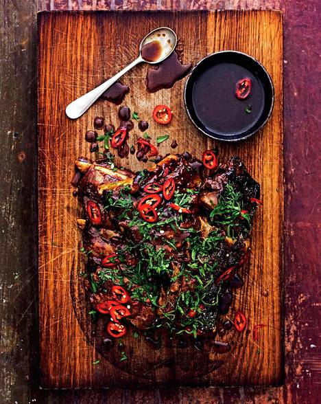 Grillatut ribsit viimeistellään herkullisen tahmealla glaseerauskastikkeella.