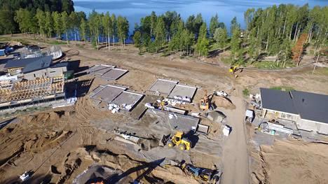 Vuoden 2021 asuntomessualue nousee Lohjanjärven rannalle. Asunto-osuuskunta Hiidenkodin kolmen paritalon perustukset näkyvät kuvassa keskellä.