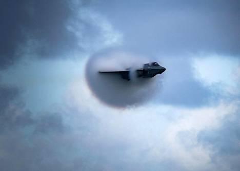 Amerikkalainen F-35-hävittäjä lentää kuvassa hiukan alle äänen nopeudella.