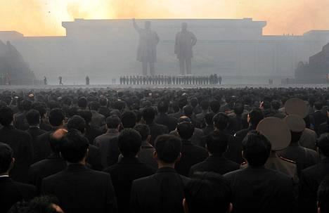 Pohjois-Korealaiset katselivat ilotulitusta, joka järjestettiin Kim Jong-Ilin (vas.) ja Kim Il-Sungin patsaiden paljastustilaisuudessa viime huhtikuussa.