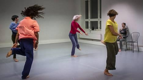 Liisa Pentin uudessa teoksessa Kaikki kuusi tanssijaa pysyvät visusti toisistaan erillään. He kokevat yksityisiä tuntemuksiaan, jotka vain hetkittäin nivoutuvat toisten tanssiin.
