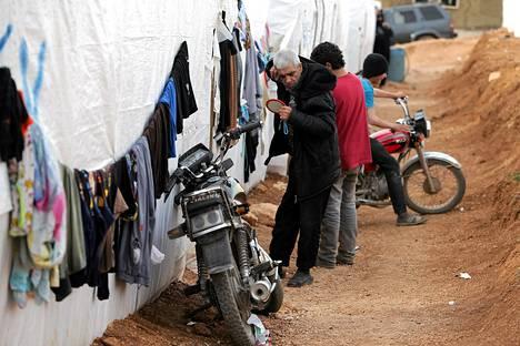 Syyrialaismies leikkaa tukkaansa pakolaisleirillä Arsalin kaupungin lähistöllä Libanonissa.