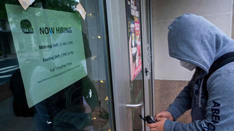 Työntekijä avasi ravintolaa, joka palkkaa lisätyövoimaa Arlingtonissa Virginiassa toukokuussa.