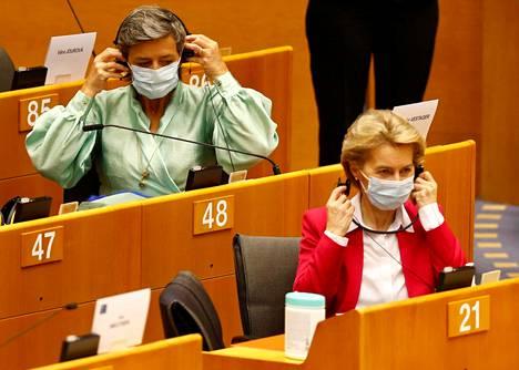 Euroopan parlamentissa on maskipakko. Komission varapuheenjohtaja Margrethe Vestager (vas.) ja puheenjohtaja Ursula von der Leyen osallistuivat istuntoon toukokuun lopussa.
