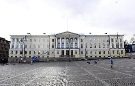 Helsingin yliopiston päärakennus kuvattuna huhtikuussa.