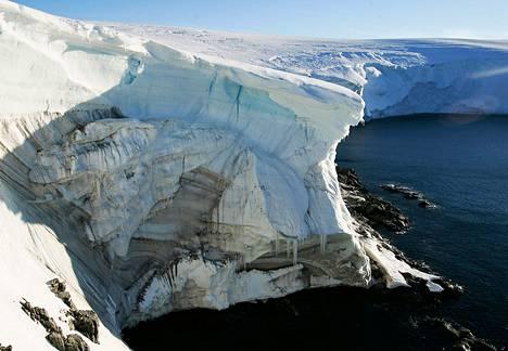 Sulavan jään alta paljastuvaa kalliota Landsendin alueella Antarktiksella tammikuussa 2010.
