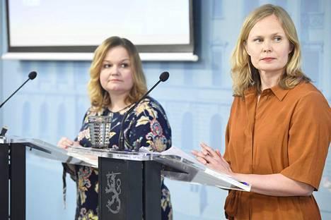 Perhe- ja peruspalveluministeri Krista Kiuru (sd) sekä tiede- ja kulttuuriministeri Hanna Kosonen (kesk) kertoivat rajoitusten purkamisesta tiedotustilaisuudessa keskiviikkoiltana.
