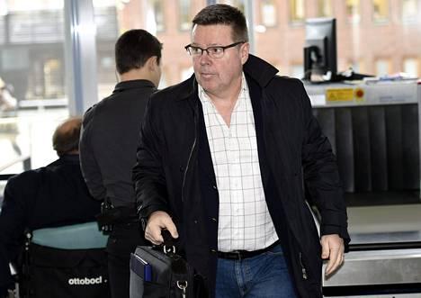 Jari Aarnio saapui Helsingin käräjäoikeuteen 23. maaliskuuta turvatarkastuksen kautta. Oikeudenkäynnissä käsitellään tietovuotoa ja perusteettomia tietohakuja poliisijärjestelmästä.