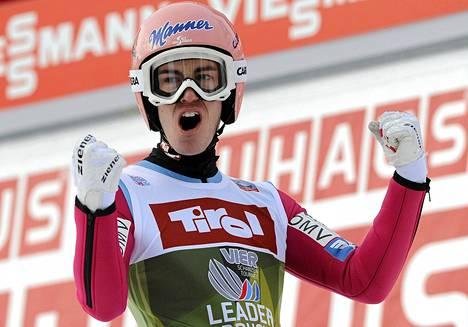 Innsbruckin kisassa toiseksi sijoittunut Stefan Kraft on tiukasti kiinni mäkiviikon voitossa.