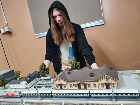 Lauri Laine kaipaa kuvia Hyvinkään rautatieasemasta vuosituhanteen vaihteelta pienoisrautatieprojektia varten.