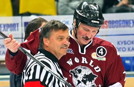 Kansainvälisen jääkiekkoliiton puheenjohtaja Rene Fasél ja Valko-Venäjän presidentti Aljaksandr Lukašenka poseerasivat kiekkokaukalossa vuonna 2008.