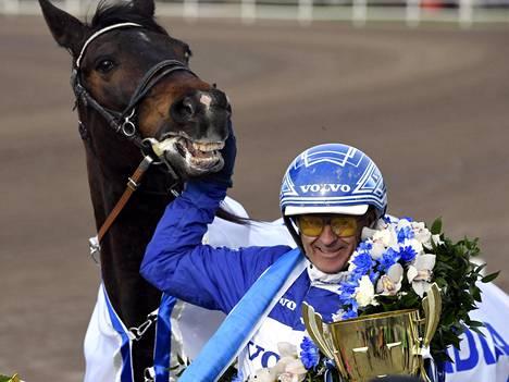 Norjalaishevonen Hickothepooh rattaillaan Vidar Hop voitti raviurheilun Finlandia-ajon päälähdön.