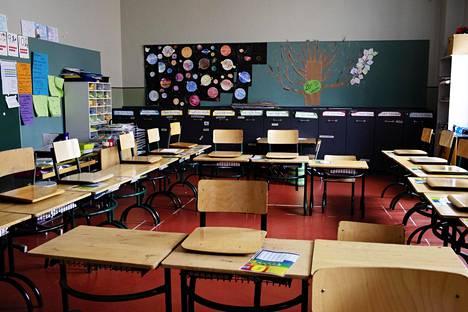 Helsinkiläisen alakoulun luokka seisoi tyhjänä keväällä 2020.