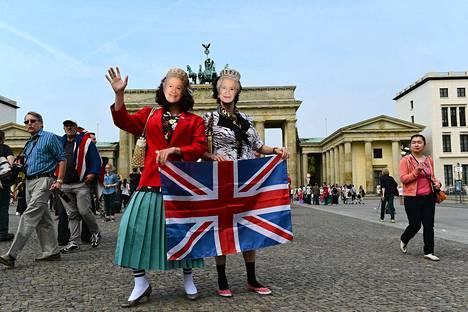 Brittikuninkaallisten ihailijat olivat varustautuneet Elisabet II:sta esittävillä naamioilla ja Union Jack -lipulla Berliinissä perjantaina, jolloin kuningatar päätti kolmipäiväisen Saksan-vierailunsa.