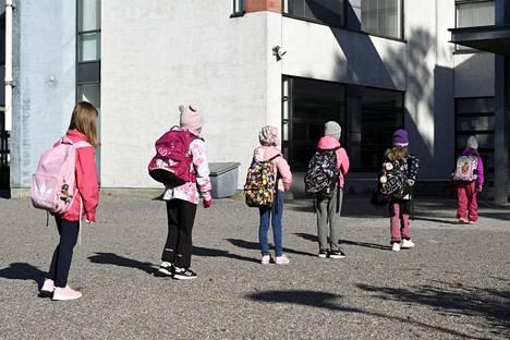 Koululaiset noudattivat turvavälejä odottaessaan pääsyä takaisin lähiopetukseen eilen.