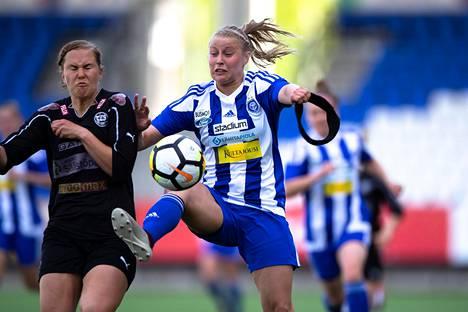 TPS:n Milla Rantamäki ja HJK:n Hanna Ruohomaa kamppailivat tiukasti pallosta sunnuntaina. Kamppaillessa Ruohomaa nappasi käteensä aivotärähdyksiltä suojelevan pääpantansa.