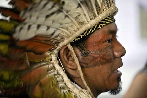Perinteiseen asuun pukeutunut mies seisoi alkuperäiskansojen historiaa esittelevissä Indigenous Pavilion –näyttelytiloissa Perun pääkaupungissa Limassa, jossa on parhaillaan käynnissä YK:n ilmastokokous. Kokous kestää 12. joulukuuta asti.