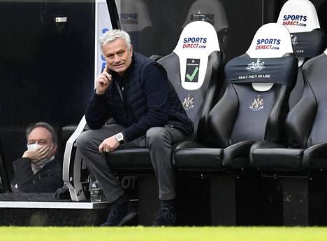 José Mourinho vastasi taitavasti sponsoriasiaan.