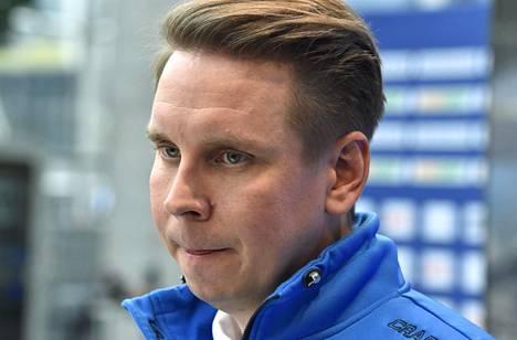 Lasse Kurronen valmentaa naisten salibandymaajoukkuetta seuraavat kaksi vuotta.