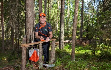 Ratamestari Juhani Jetsonen kävi lauantaina parinkymmenen apurinsa kanssa kiinnittämässä noin 500 punaista leimasinta rastipukkeihin.