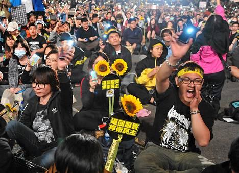Taiwanin mielenosoitukset alkoivat Manner-Kiinan ja Taiwanin välisen investointisopimuksen vastustamisella. Kuva on sunnuntailta Taipeista.