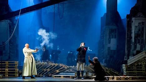 Veljeni vartija -oopperan tulitaistelu Tampere-talon lavalla. Vasemmalla baritoni Ville Rusanen.