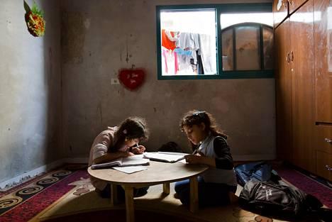 Kymmenvuotiaat kaksoset Doha ja Saja harjoittelivat kotona huoneessaan arabian kirjoittamista. Ulos ei ole mitään asiaa näin taistelujen aikaan.