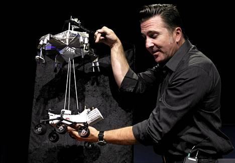 Curiosityn laskeutumista johtava Adam Stelzner esitteli torstaina järjestetyssä lehdistötilaisuudessa, kuinka mönkijä lasketaan luotaimesta Marsin pinnalle.