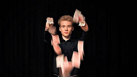 17-vuotias Aatu Itkonen työskentelee taikurina, juontajana ja viihdetaiteilijana.
