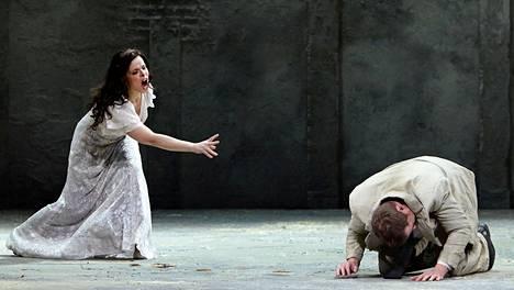 Katija Dragojevic ja Daniel Johansson ovat Kansallisoopperan Carmenin traaginen pääpari.