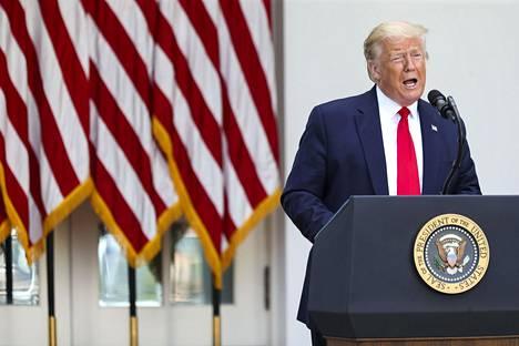 Kiistan aloittaneessa twiitissä presidentti Trump väitti, että postiäänestykset johtavat laajamittaisiin väärinkäytöksiin. Twitter ohjasi kuitenkin uutisjuttuihin, joiden mukaan sellaista ei ole Yhdysvalloissa havaittu.