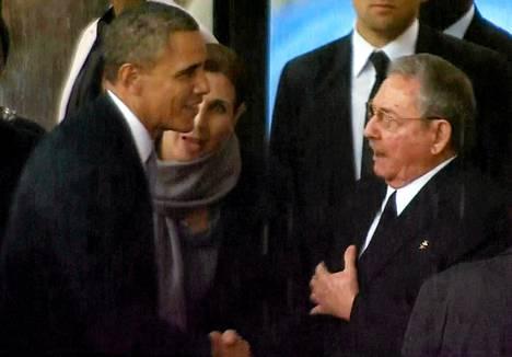 Yhdysvaltain presidentti Barack Obama ja Kuuban presidentti Raúl Castro kättelivät Nelson Mandelan muistotilaisuudessa Etelä-Afrikassa joulukuussa.