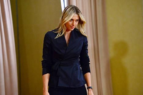 Martia Šarapova oli pukeutunut tummaan asuun astellessaan median eteen kertomaan dopingkärystään.