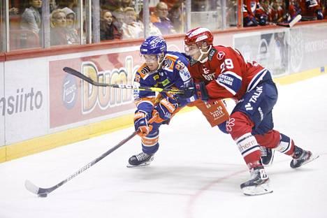 Tapparan Jere Karjalainen vie kiekkoa ja HIFK:n Tobias Winberg yrittää roiukkua mukana.