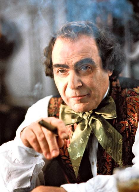 Hercule Poirot'ksi leimautunut David Suchet näyttelee Toisessa maailmassa moukkamaista pankkiiri Augustus Melmottea.